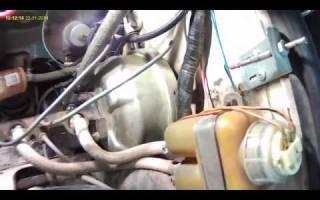 При нажатии на педаль тормоза слышно шипение и глохнет двигатель
