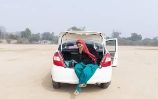 Как правильно садиться девушке в машину